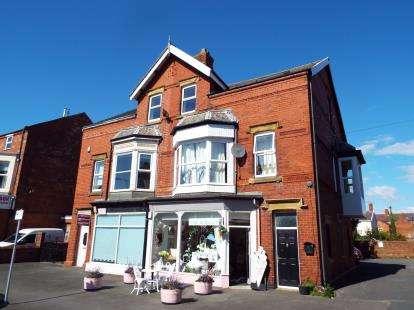 2 Bedrooms Maisonette Flat for sale in St. Andrews Road South, Lytham St. Annes, Lancashire, FY8