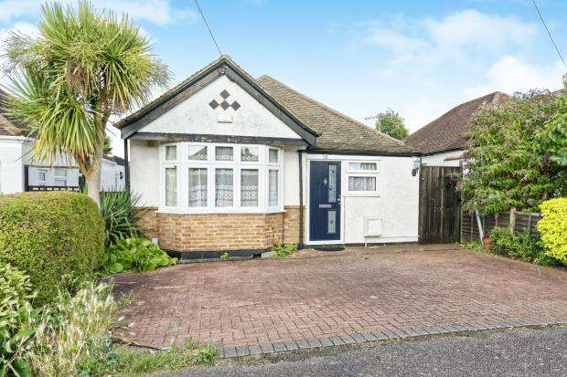 4 Bedrooms Bungalow for sale in New Haw, Surrey