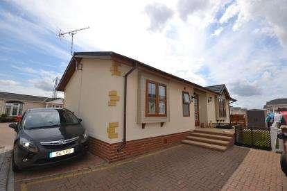 2 Bedrooms Bungalow for sale in Burnham Road, Battlesbridge, Wickford