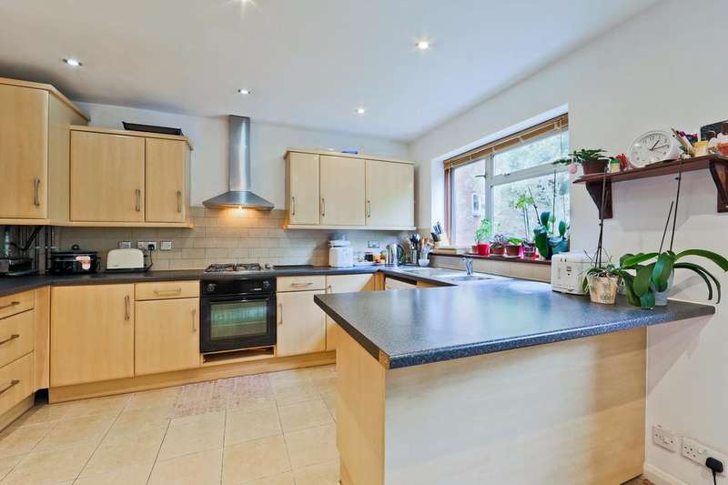 5 Bedrooms Semi Detached House for sale in Hempstead Road, London E17