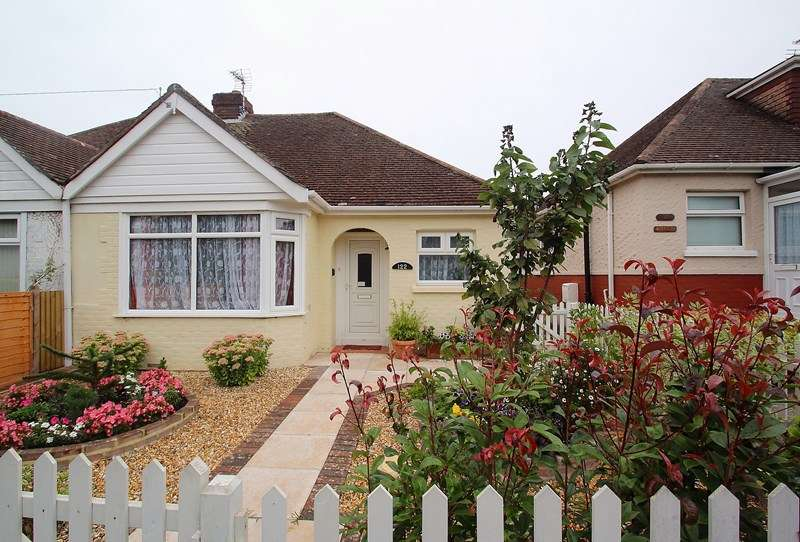 2 Bedrooms Semi Detached Bungalow for sale in Redlands Lane, Fareham