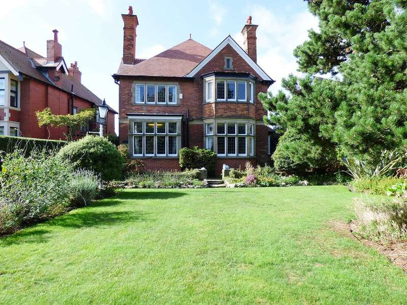 4 Bedrooms Detached House for sale in St Annes Road East, St Annes.