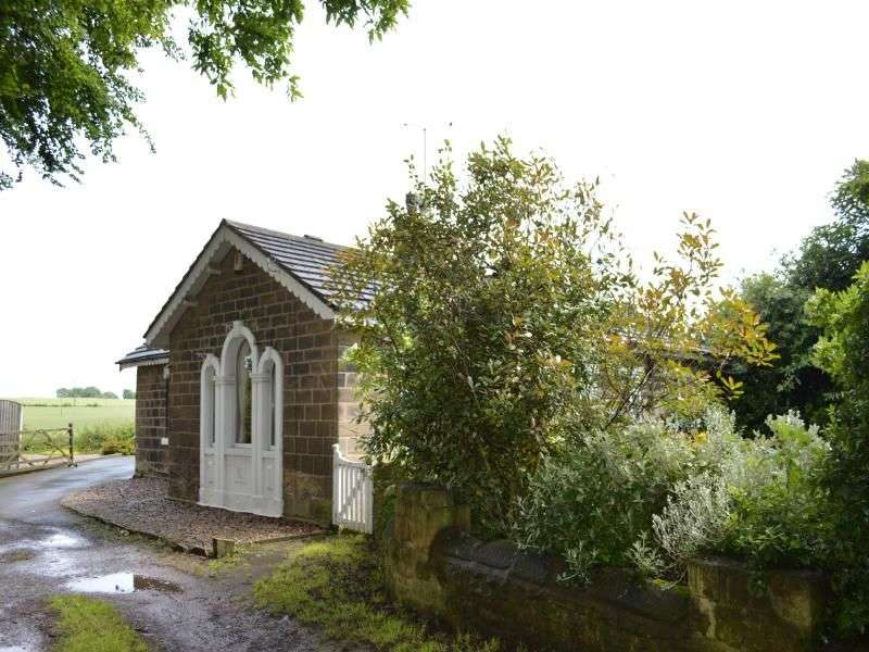 2 Bedrooms Detached Bungalow for sale in Ackworth Road, Purston, Pontefract, WF7