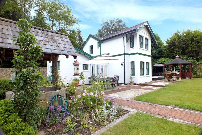 3 Bedrooms Detached House for sale in Rectory Road, Farnborough, Hampshire, GU14