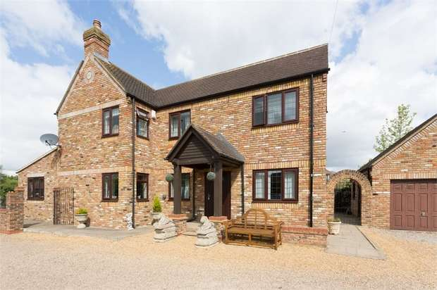 3 Bedrooms Detached House for sale in Hithermoor Road, Staines-upon-Thames, Surrey