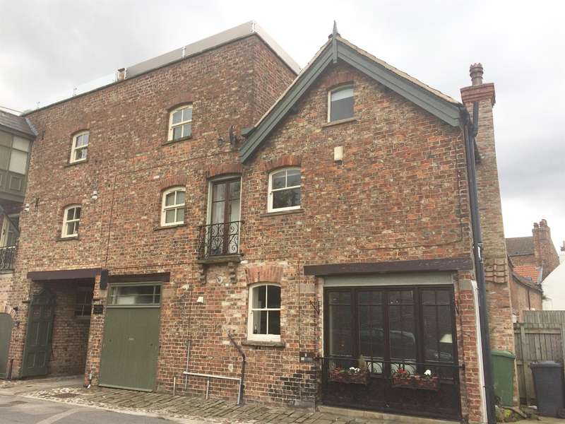 3 Bedrooms Terraced House for sale in Bannister Court, Back Lane, Easingwold, YO61 3QW