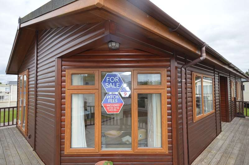 2 Bedrooms Park Home Mobile Home for sale in Carlton Meres Holiday Park , Saxmundham, Suffolk. IP17 2QP