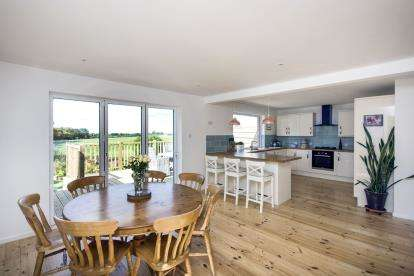 3 Bedrooms Bungalow for sale in Cowes, Isle Of Wight