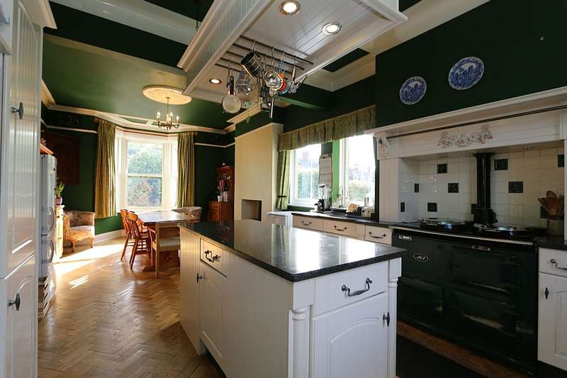 4 Bedrooms Detached House for sale in Chester Road, Helsby, Cheshire, WA6 0QZ