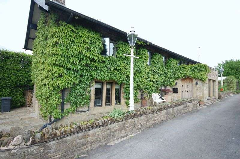4 Bedrooms Property for sale in Cross Cliffe, Glossop
