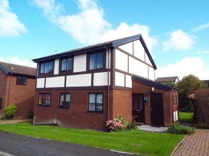 2 Bedrooms Flat for sale in Cleves Court, Dalkeith Avenue, Blackpool, Lancashire, FY3