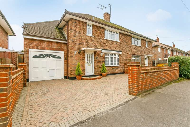 3 Bedrooms Semi Detached House for sale in Chobham