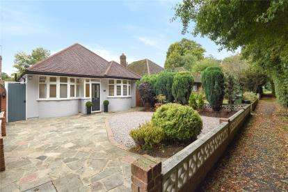 4 Bedrooms Detached Bungalow for sale in Court Road, Orpington