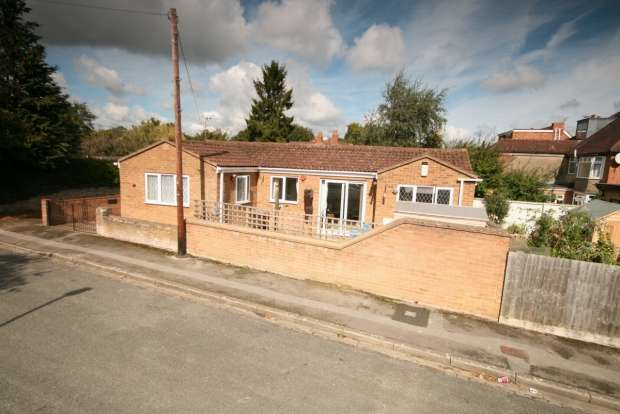 2 Bedrooms Detached Bungalow for sale in Ellesmere Road Oxford