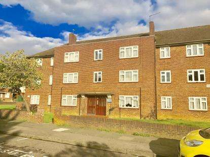 3 Bedrooms Flat for sale in Fullwell Avenue, Clayhall, Essex