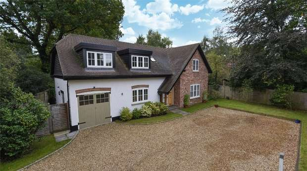 4 Bedrooms Detached House for sale in Finchampstead Road, FINCHAMPSTEAD, Berkshire