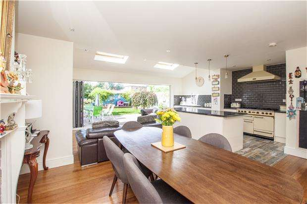 4 Bedrooms Semi Detached House for sale in Blenheim Gardens, Wallington, Surrey, SM6 9PS
