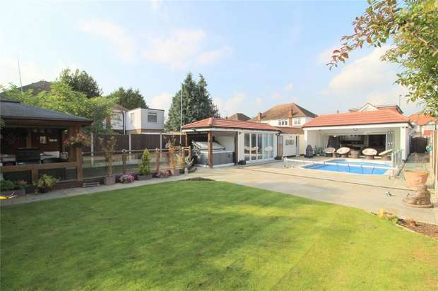 5 Bedrooms Detached House for sale in Feltham Road, Ashford, Surrey