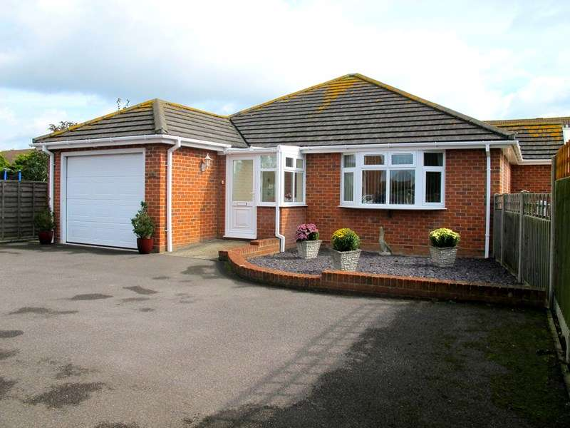 2 Bedrooms Detached Bungalow for sale in Stubbington Lane, Fareham