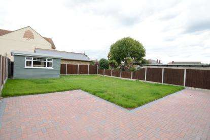 4 Bedrooms Bungalow for sale in Stanford-Le-Hope, Essex, United Kingdom