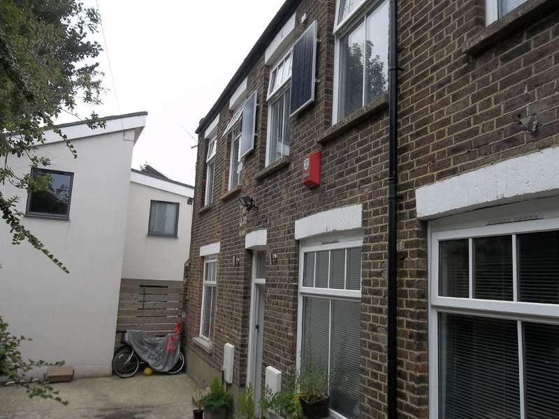 3 Bedrooms Semi Detached House for rent in Upper Hollingdean Road, Brighton