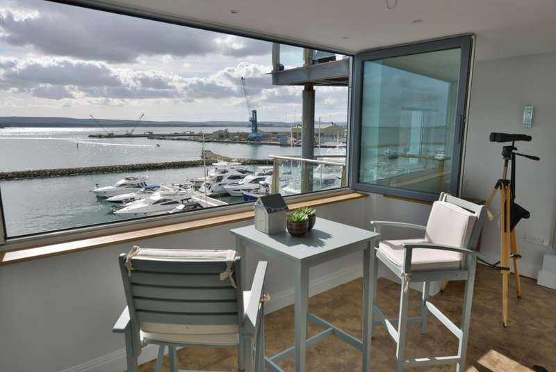 2 Bedrooms Flat for sale in Dolphin Quays, Poole Quay, Poole BH15 1HH