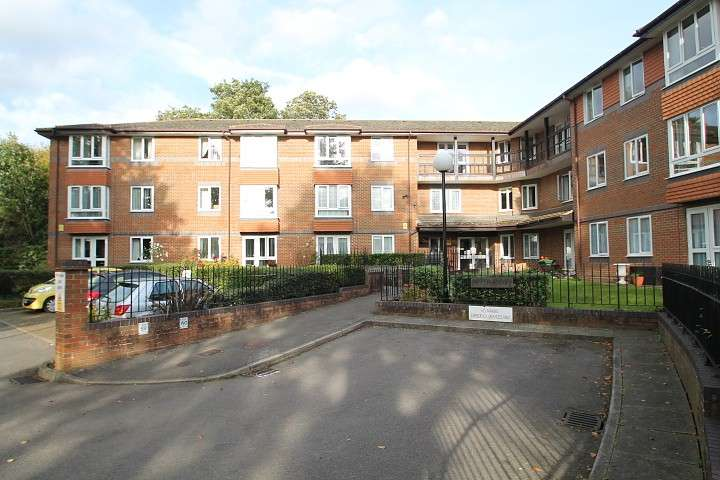1 Bedroom Flat for sale in Beech Lodge, Farm Close, Staines-Upon-Thames, TW18