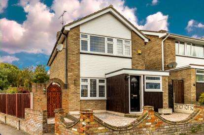 3 Bedrooms Detached House for sale in Rayleigh, Essex, Uk