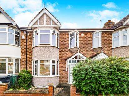 3 Bedrooms Terraced House for sale in Avenue, Chingford, London