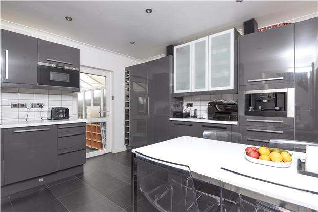 3 Bedrooms End Of Terrace House for sale in Hawkes Road, MITCHAM, Surrey, CR4 3JG
