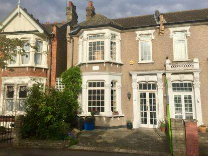 4 Bedrooms Terraced House for sale in Aldersbrook, London