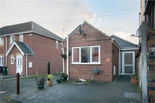 1 Bedroom Semi Detached Bungalow for sale in Bermondsey Place East, Great Yarmouth, Norfolk