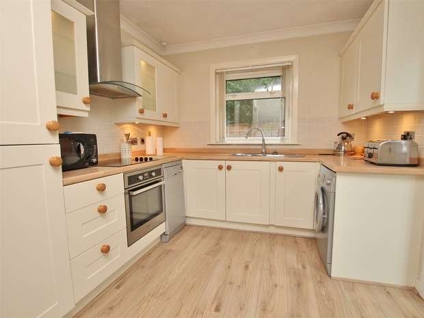 4 Bedrooms Detached House for sale in Hilton Close, Oakdale, POOLE, Dorset