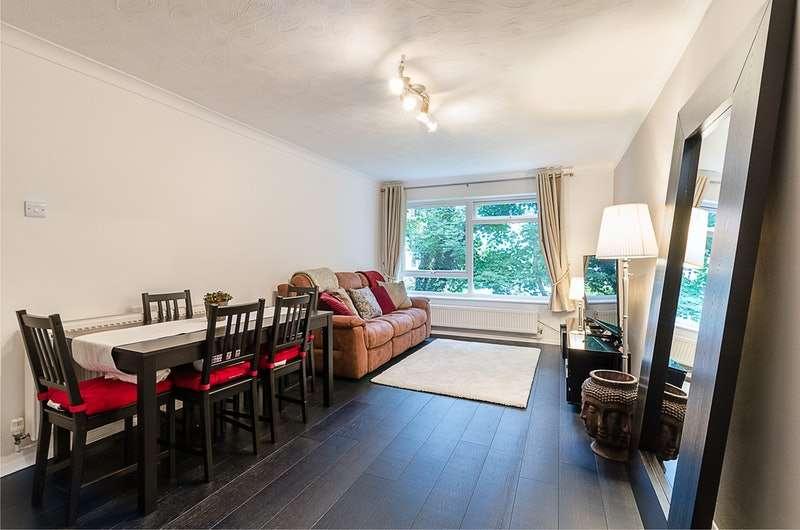 2 Bedrooms Flat for sale in Hillside Road, Whyteleafe, Surrey, CR3