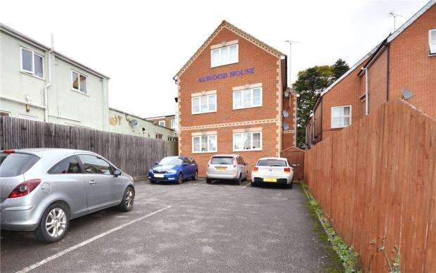 2 Bedrooms Maisonette Flat for sale in Alwood House, Reading Road South, Fleet
