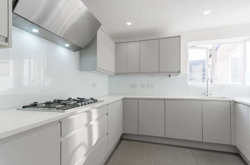 2 Bedrooms Flat for sale in St Johns Road, Walthamstow, E17