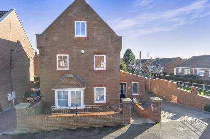3 Bedrooms Detached House for sale in Shackleton Close, Whitby, North Yorkshire