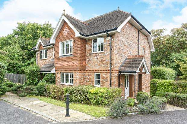 3 Bedrooms Semi Detached House for sale in Leatherhead, Surrey
