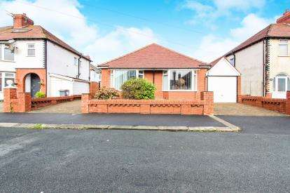 3 Bedrooms Bungalow for sale in England Avenue, Blackpool, Lancashire, United Kingdom, FY2