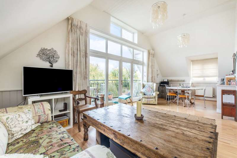 2 Bedrooms Penthouse Flat for rent in Manor Road, Teddington, TW11