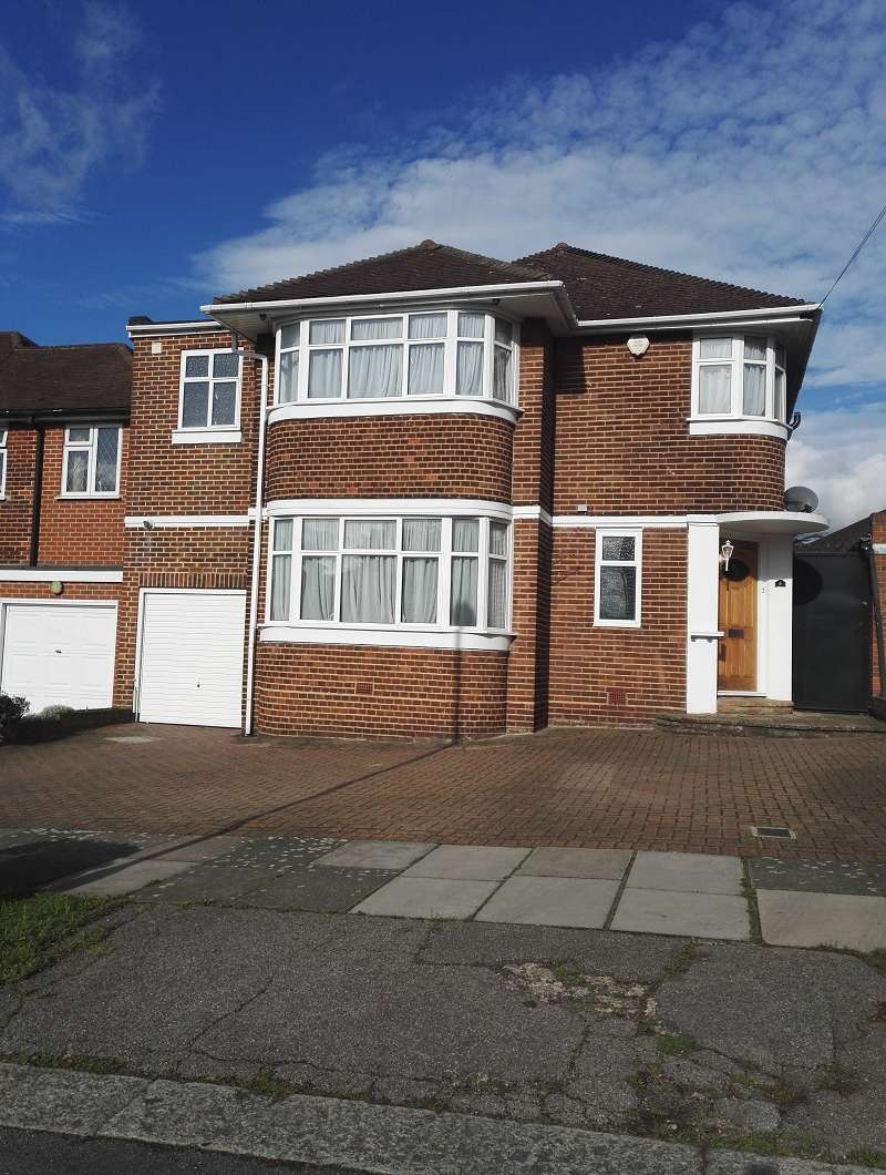 4 Bedrooms Detached House for rent in Blackwell Gardens, Edgware, Greater London. HA8 8QA