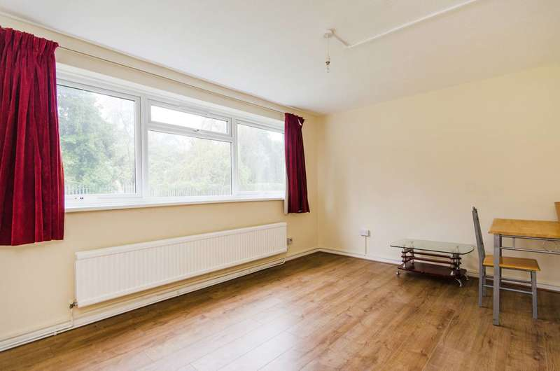 2 Bedrooms Flat for sale in Rayners Close, Wembley, HA0
