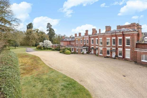 3 Bedrooms Flat for sale in Church Road, FARLEY HILL, Berkshire