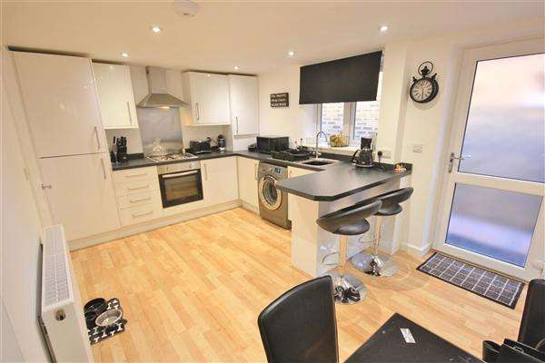 2 Bedrooms Semi Detached House for sale in Carnegie House, Carnegie Close, Poole