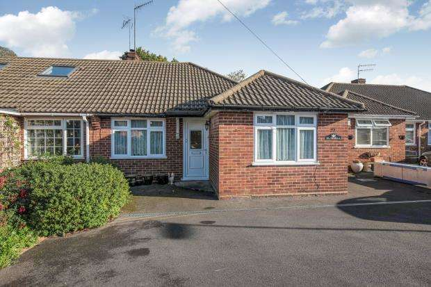 2 Bedrooms Bungalow for sale in Byfleet, Surrey
