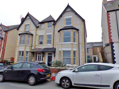 2 Bedrooms Flat for sale in Lawson Road, Colwyn Bay, Conwy, LL29