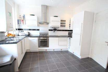 3 Bedrooms Flat for sale in 2297 Dumbarton Road, Yoker, Glasgow