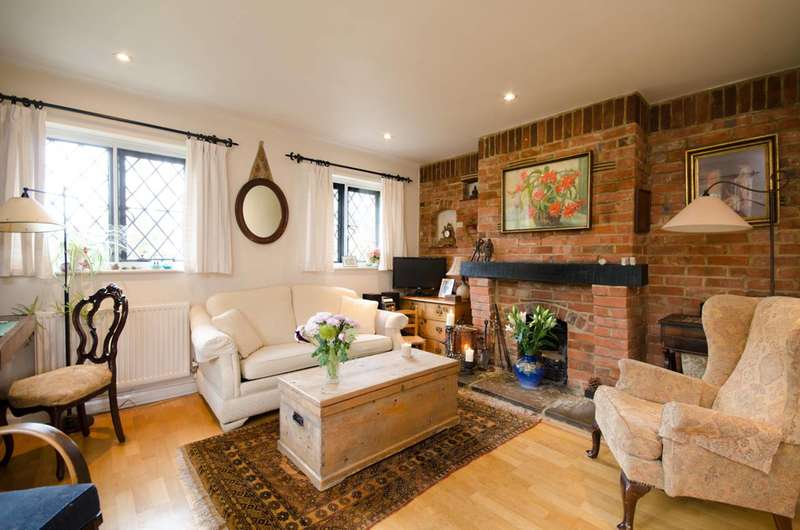 2 Bedrooms Cottage House for sale in Ripley Road, East Clandon, GU4