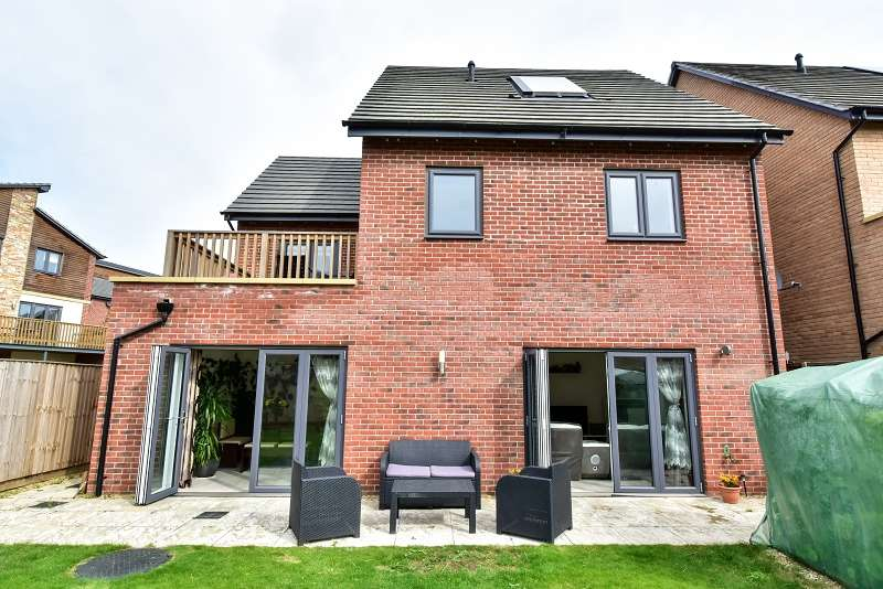 4 Bedrooms Detached House for sale in Beluga Close, Peterborough, PE2 8NE