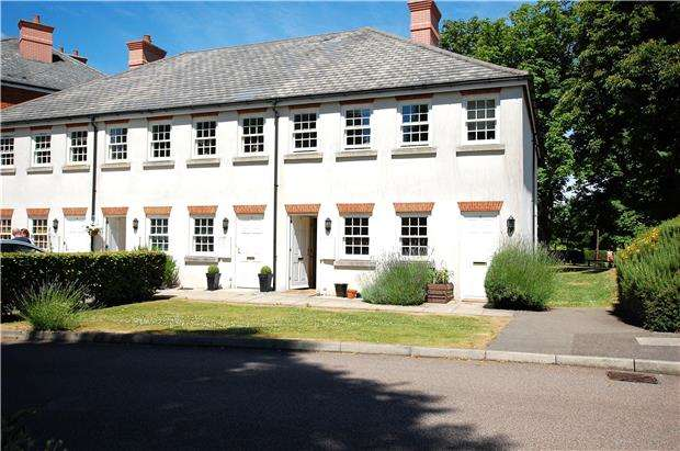 2 Bedrooms Maisonette Flat for sale in 6 Gawton Crescent, COULSDON, Surrey, CR5 1PN